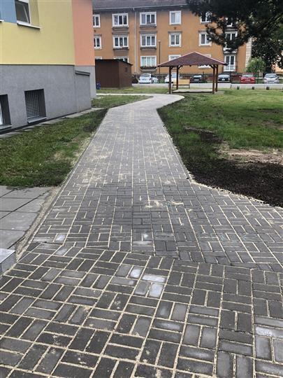 Nové chodníky v MŠ Jilemnického